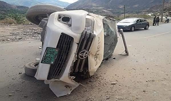 Camioneta policial sufre aparatoso accidente en Chincheros