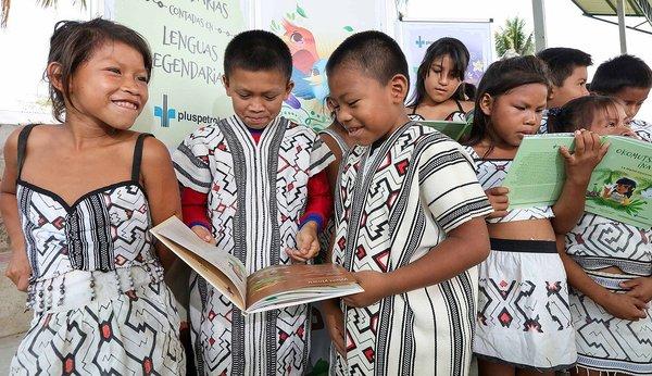 Niños reciben colección de historias yine y matsigenka en Amazonía de Cusco